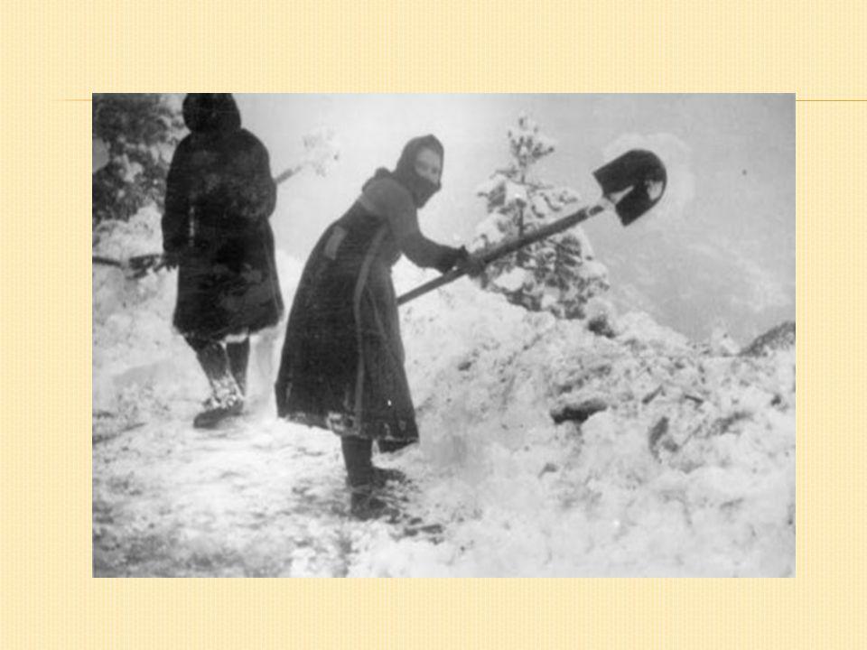 Αξιοθαύμαστο θάρρος έδειξαν και οι Μεσολογγίτισσες «ελεύθερες πολιορκημένες», οι οποίες σε όλη τη διάρκεια της μακράς πολιορκίας του προπυργίου της δυτικής Ελλάδας βοήθησαν με κάθε τρόπο στην άμυνα:μεταφορά υλικών για τα οχυρωματικά έργα, περίθαλψη των ασθενών και τραυματιών.