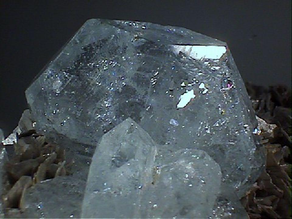 Εμφάνιση και Χώρες Παραγωγής Φιλοξενούνται κυρίως σε πηγματιτικά πετρώματα και σε δευτερογενή κοιτάσματα, ιδιαίτερα σε προσχωματικά. Τα ωραιότερα δείγ