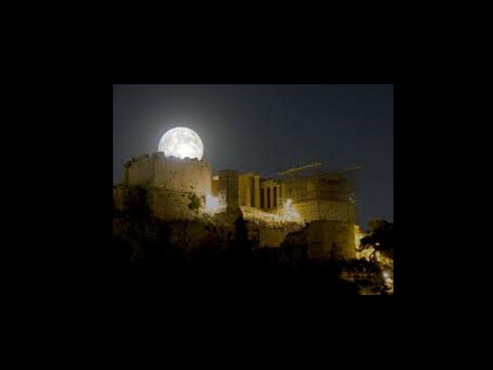 La luna, secondo la teogonia di Esiodo, è la figlia del Titano Iperione e Theia Titaness;. E 'sorella di Eos (Dawn) e il Sole che illumina la sua most
