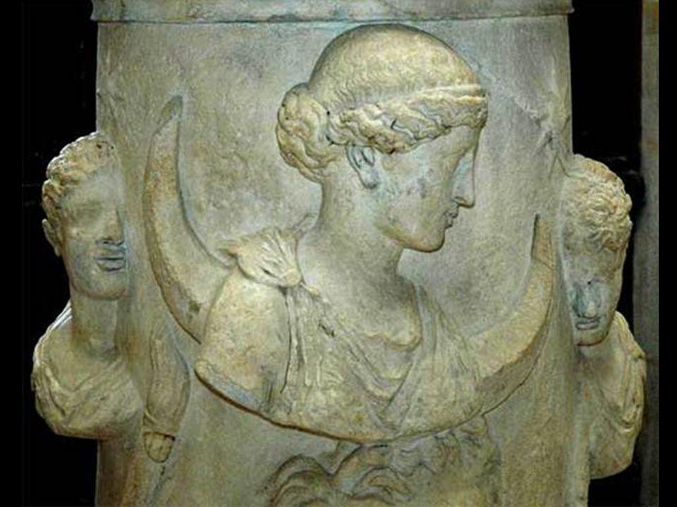 Η Σελήνια σφαίρα της ή η ημισέληνής της παρίσταται συνήθως είτε ως στέμμα στο κεφάλι της είτε ως μια ανυψωμένη πτυχή της λαμπερής της κάπας. Αρκετοί μ