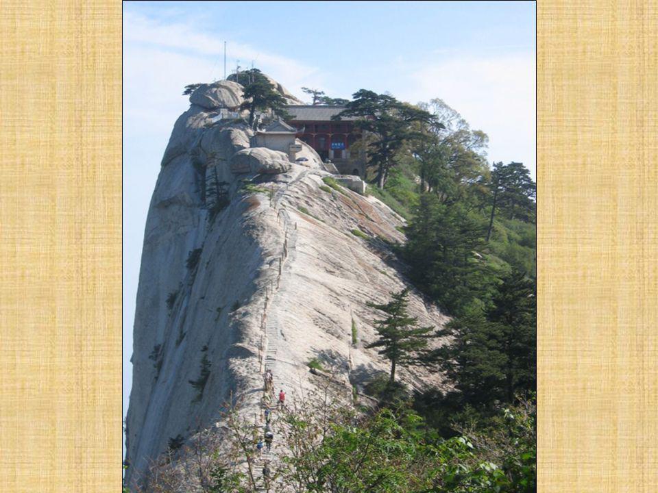 Το πιο επικίνδυνο τμήμα της διαδρομής του Huashan είναι το Changong Zhandao» περίπου τέσσερα μέτρα μήκος με 30 εκατοστά πλάτος περνώντας πάνω από κάθετους βράχους, όπου ένα στραβοπάτημα σημαίνει πτώση στην άβυσσο.