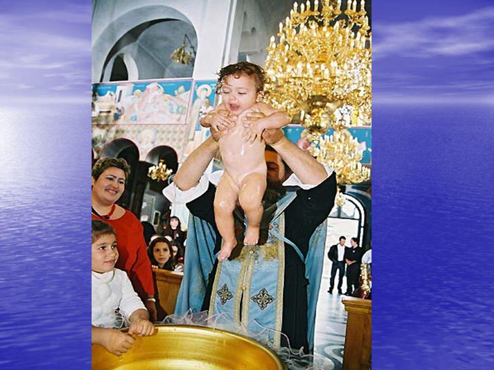 δ) Τριπλή κατάδυση και ανάδυση του βρέφους στο νερό της κολυμβήθρας (= συμμετοχή του βαπτιζόμενου στην τριήμερη Ταφή και Ανάσταση του Χριστού). ΚΚΚ