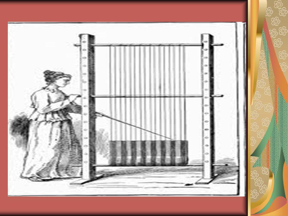 Αντίθετα από τη γυναικεία ενδυμασία που εμφανίζεται συχνά ως μια πιστή αντιγραφή της μινωικής, η ενδυμασία των Μυκηναίων ήταν τελείως διαφορετική από τους τύπους του μινωικού ζώματος.