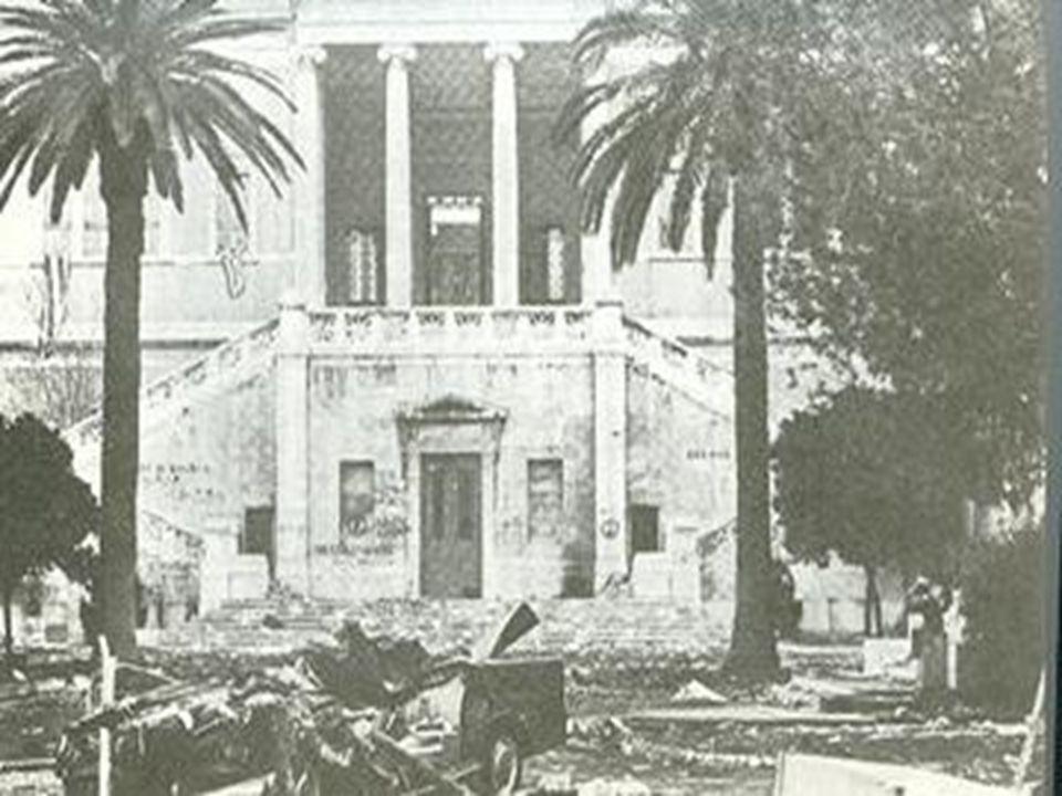 Η πύλη του Πολυτεχνείου το πρωί του Σαββάτου 17-11-1973