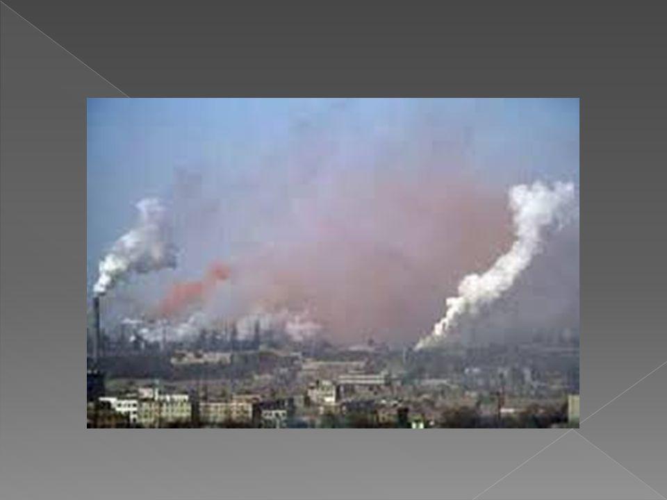 Η ρύπανση του εδάφους δηµιουργείται βασικά από την χρήση ορισµένων τεχνικών µέσων της σύγχρονης γεωργίας, όπως τα χηµικά λιπάσµατα και φυτοφάρµακα, όµως µπορεί να συµβεί από τα οικιακά και βιομηχανικά απόβλητα τα όποια πετιούνται σε αστικές ή υπαίθριες περιοχές.