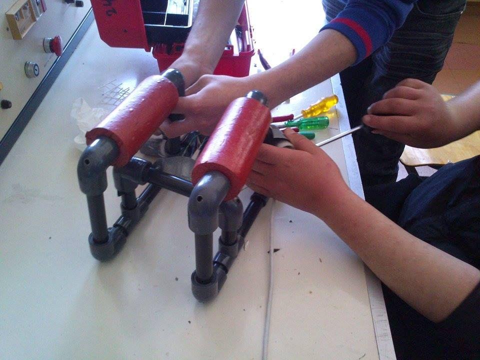 Υλικά που χρησιμοποιήθηκαν Εργαλεία Υλικά Μέτρο Μέτρο Μαρκαδόρος Μαρκαδόρος Κόφτης σωλήνα PVC Κόφτης σωλήνα PVC Σταυρροκατσάβιδο Σταυρροκατσάβιδο Δράπανο ηλεκτρικό Δράπανο ηλεκτρικό Τρυπάνι 6mm Τρυπάνι 6mm Τρυπάνι 2mm Τρυπάνι 2mm Μέγγενη Μέγγενη 1 σωλήνα PVC µήκους 30,8 cm 1 σωλήνα PVC µήκους 30,8 cm 3 σωλήνες PVC µήκους 33,2 cm 3 σωλήνες PVC µήκους 33,2 cm 10 γωνίες PVC διαµέτρου 22 mm 10 γωνίες PVC διαµέτρου 22 mm 4 λευκά «Τ» από PVC, διαµέτρου 22 mm 4 λευκά «Τ» από PVC, διαµέτρου 22 mm 1 πλαστικός ηλεκτρολογικός σωλήνας 40 cm 1 πλαστικός ηλεκτρολογικός σωλήνας 40 cm 2 κυλινδρικοί πλωτήρες πλεύσης 2 κυλινδρικοί πλωτήρες πλεύσης 3 µεταλλικές βάσεις για τους κινητήρες 3 µεταλλικές βάσεις για τους κινητήρες 6 βίδες νούµερο 6, 1/2 ίντσας 6 βίδες νούµερο 6, 1/2 ίντσας 6 ροδέλες νούµερο 6 6 ροδέλες νούµερο 6 Πλαστικό δίχτυ Πλαστικό δίχτυ Πλαστικοί δεσµοί (zip ties) Πλαστικοί δεσµοί (zip ties)