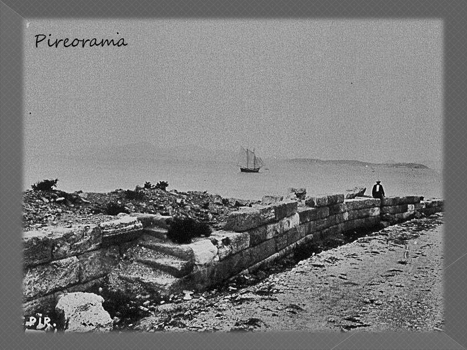 Εκτός όμως των δύο παράλληλων αυτών τειχών υπήρχε και τρίτο το «Νότιο» που από την Αθήνα κατέληγε στο σημερινό Παλαιό Φάληρο, που περιλαμβανόταν όμως στα Μακρά Τείχη.