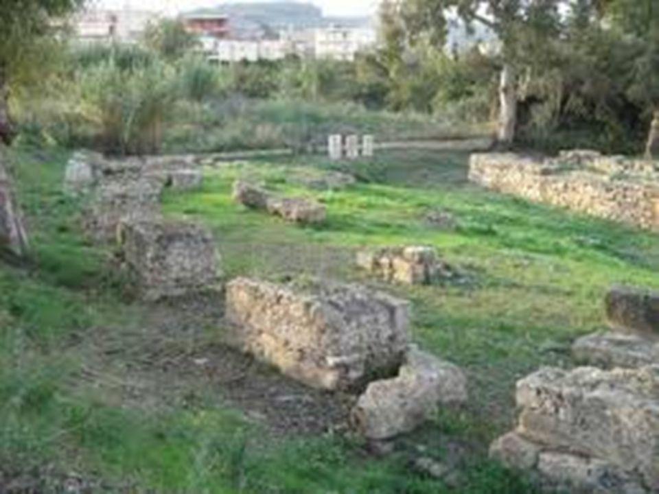ΘΩΛΩΤΟΣ ΤΑΦΟΣ ΒΑΦΕΙΟΥ Ο τάφος ήταν συλημένος αλλά περιείχε ένα στενόμακρο λάκκο, μέσα στον οποίο βρέθηκαν σπουδαία ταφικά ευρήματα (κτερίσματα): όπλα, σφραγιδόλιθοι, τα δύο περίφημα χρυσά κύπελλα με σκηνές κυνηγιού ταύρου κλπ.