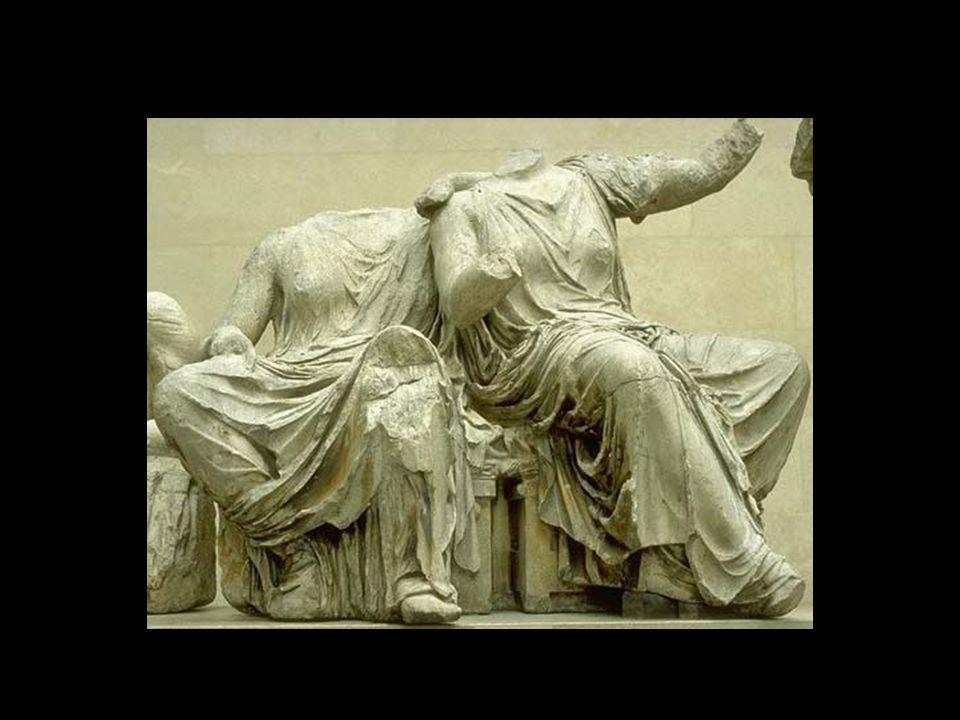 Άρτεμη Κινείται στραμμένη προς τα αριστερά, ενώ γυρίζει το κεφάλι της προς το μέσο του αετώματος, για να δει τη γέννηση της Αθηνάς.
