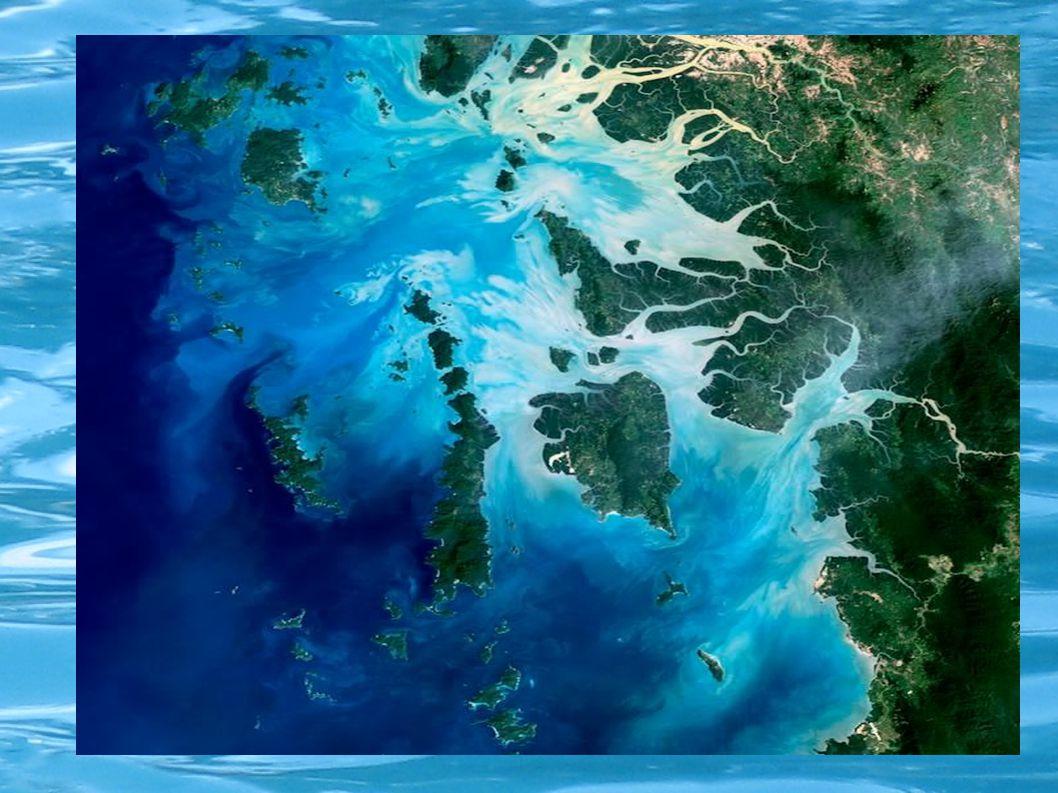 Ο κύκλος του νερού Το νερό κινείται σ΄έναν κύκλο μεταξύ της θάλασσας του αέρα και του εδάφους.Όταν ο ήλιος θερμαίνει τα ποτάμια, τις λίμνες, τους ωκεανούς κάποια ποσότητα νερού μετατρέπεται σε ατμό(εξάτμιση).