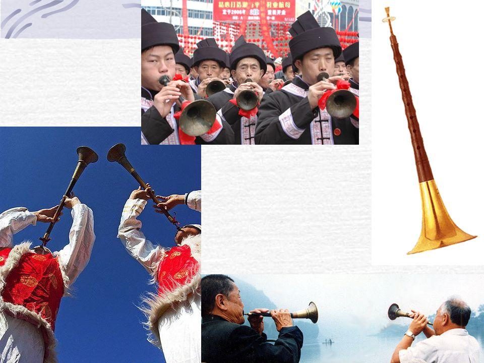 唢呐 A double reed wind instrument with a flaring metal bell