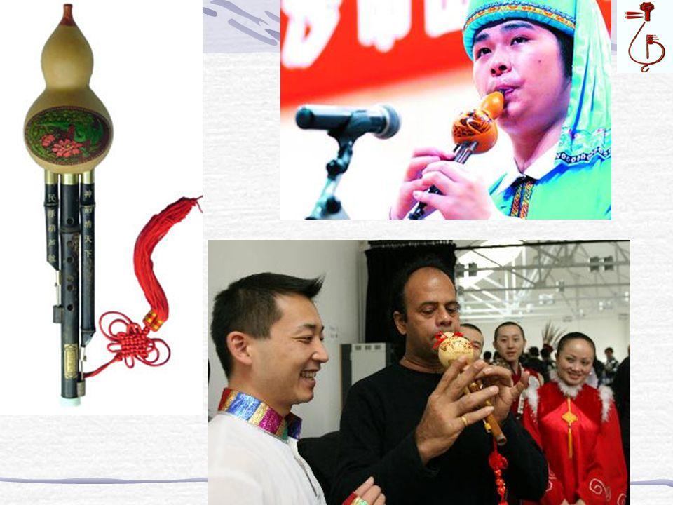 葫芦丝 Hu lu si ※ έχει 3 σωλήνες α π ό καλάμια οι ο π οίοι καταλήγουν σε μια κολοκύθα.