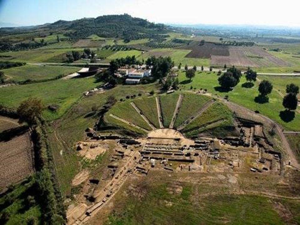   Ήταν από τα μεγαλύτερα θέατρα χωρητικότητας περίπου 12.000 θεατών.