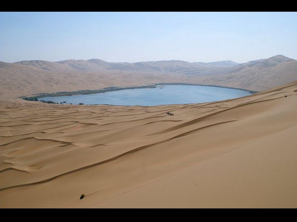 Το αποτέλεσμα είναι μια όμορφη έρημος διάστικτη με λίμνες