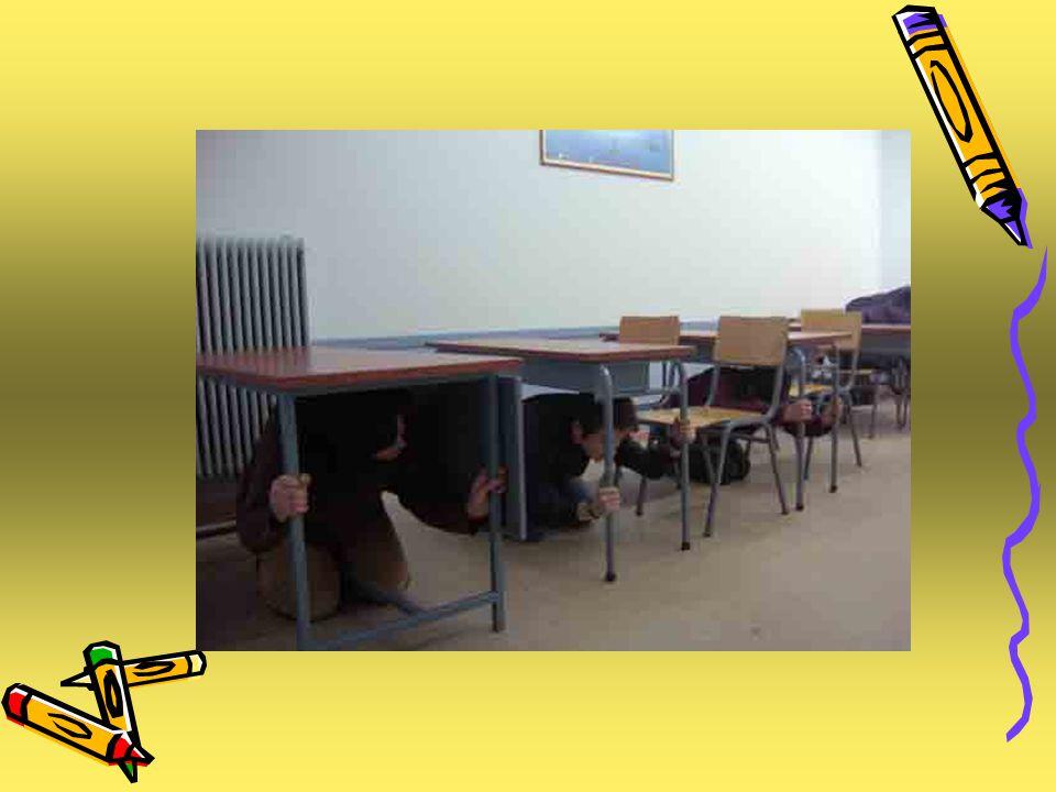2ο Βήμα Ο υπεύθυνος καθηγητής κάθε τμήματος, ή, αν αυτός δεν βρίσκεται στο Σχολείο, ο καθηγητής που βρισκόταν στην αίθουσα κατά τη διάρκεια του σεισμού, ελέγχει αν βρίσκονται στον αύλειο χώρο όλοι οι μαθητές που ήταν παρόντες στο μάθημα.