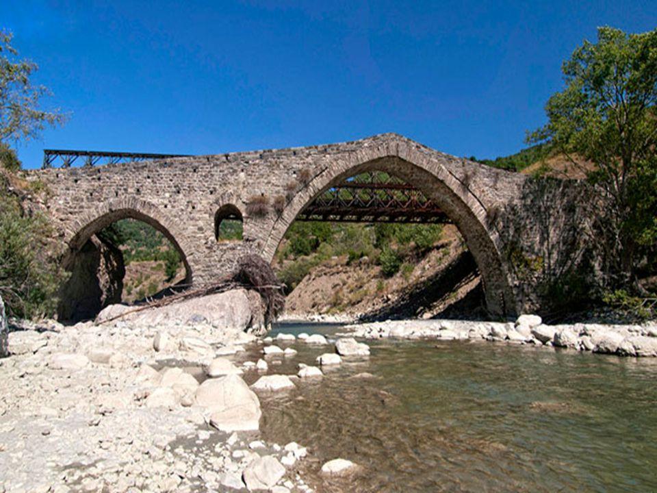 ΓΕΦΥΡΙ ΜΑΥΡΟΠΕΤΡΑΣ Βρίσκεται στην Πουρνιά Κόνιτσας και γεφυρώνει το Σαραντάπορο ποταμό.