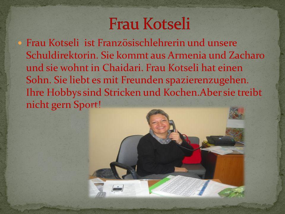 Frau Kotseli ist Französischlehrerin und unsere Schuldirektorin. Sie kommt aus Armenia und Zacharo und sie wohnt in Chaidari. Frau Kotseli hat einen S