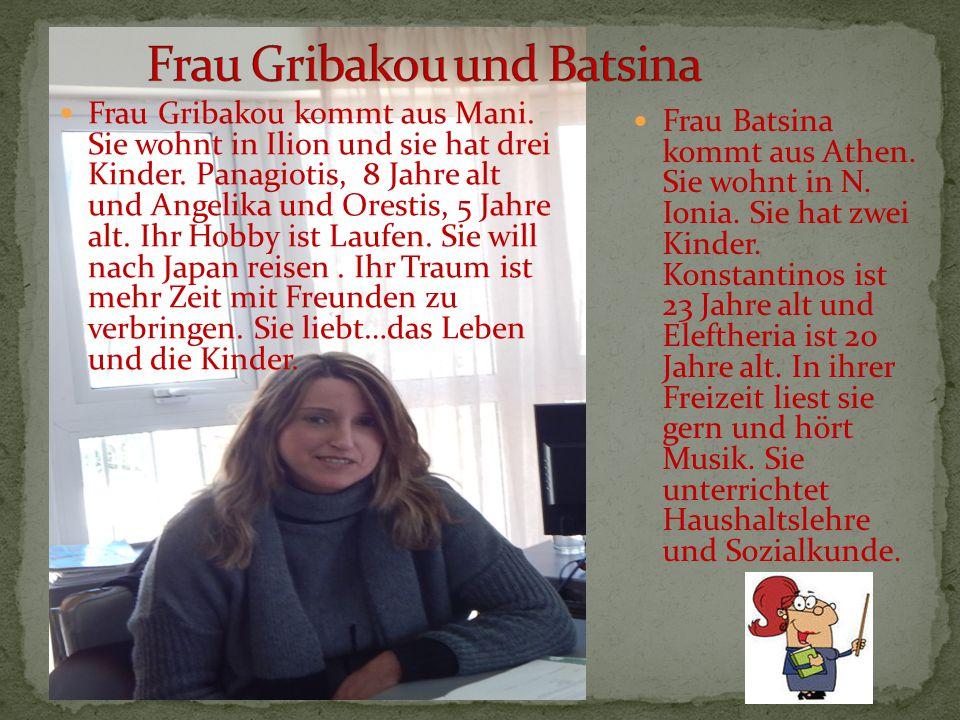 Frau Gribakou kommt aus Mani. Sie wohnt in Ilion und sie hat drei Kinder. Panagiotis, 8 Jahre alt und Angelika und Orestis, 5 Jahre alt. Ihr Hobby ist