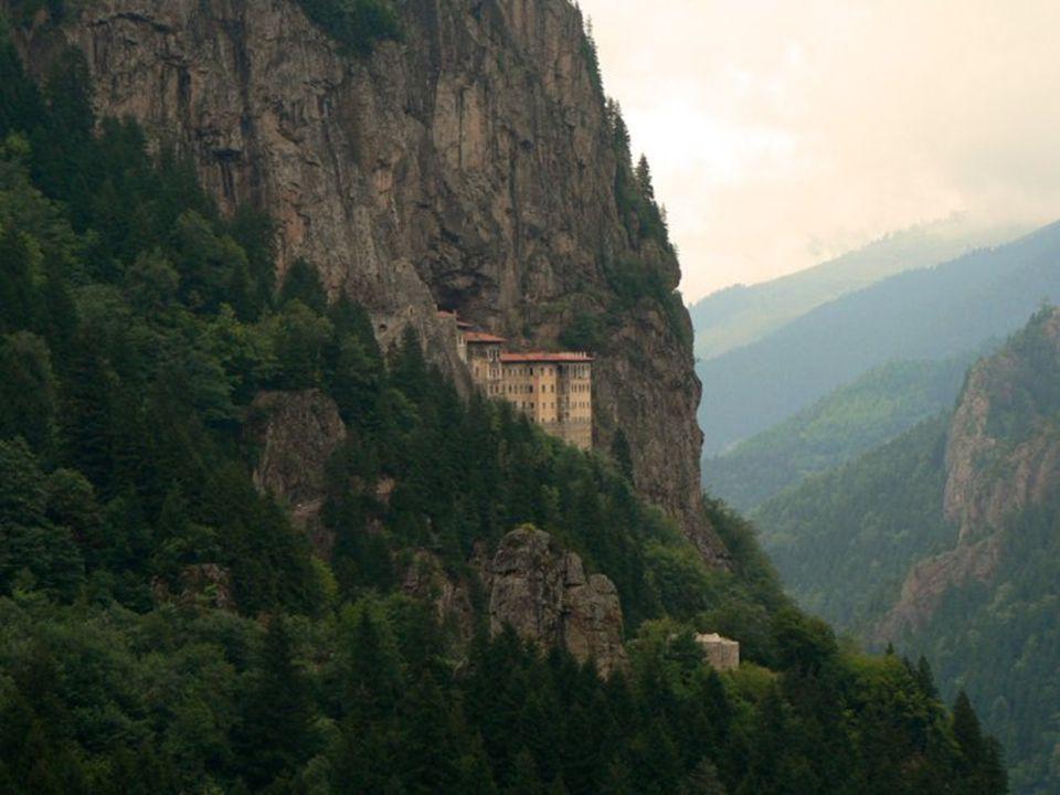 Alojado en una escarpada ladera de la cadena del Ponto, frente al litoral turco del mar Negro y a 54 km al sur de Trabzon, mítica capital medieval del reino de Trebisonda, se encuentra el monasterio de la madre María de Sümela, uno de los centros más importantes del monaquismo oriental.