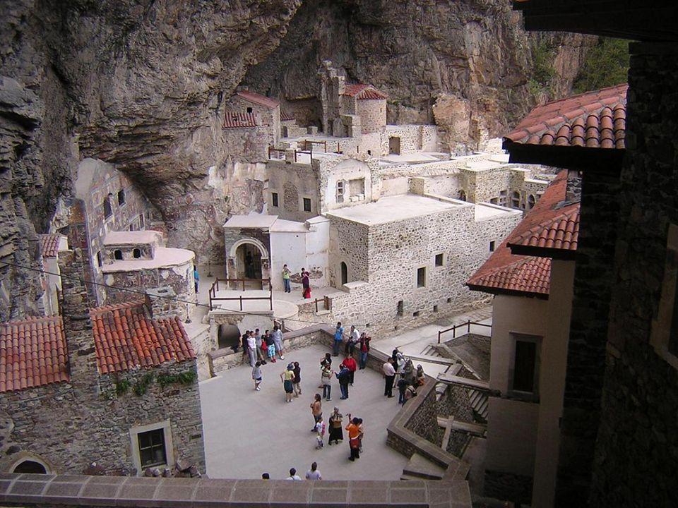 Según la tradición, Sümela fue fundado por dos monjes griegos, Bernabé y Sofronio, llegados a este apartado lugar de Anatolia siguiendo las indicaciones recibidas de la Virgen que se les apareció en el año 385.