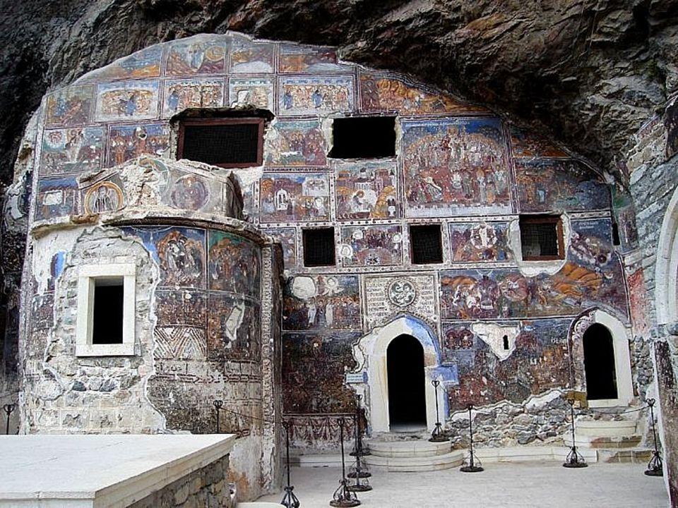 Además de su insólita arquitectura de los siglos XIII y XIV y sus 72 habitaciones, llaman la atención los frescos que cubren la fachada y el interior de la ermita de la cueva.