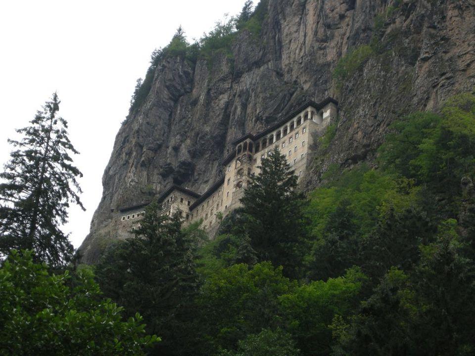 El núcleo de los edificios monásticos de Sümela están excavados en la roca y protegidos por la impresionante bóveda natural que forma la pared de basalto.