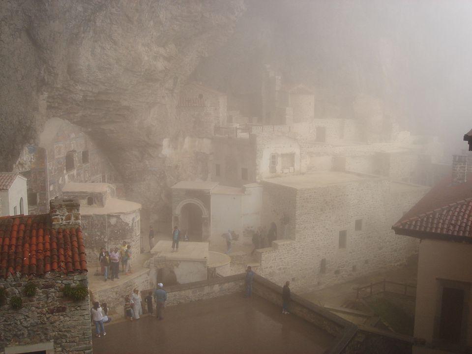 Cuando la niebla sube desde el valle este lugar parece encantado…