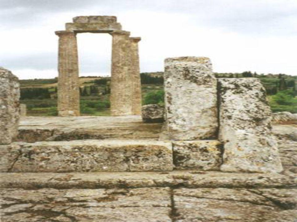 Κομμάτια κιόνων από τον ναό του Διός στη Νεμέα