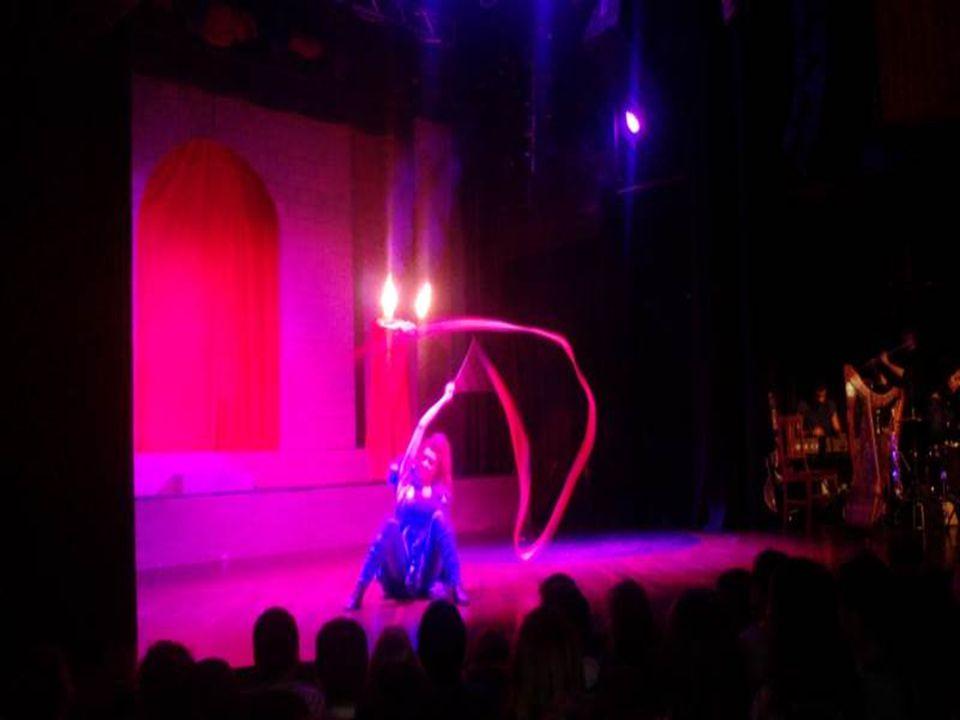 Στις 9 Δεκεμβρίου οι μαθητές και οι μαθήτριες του σχολείου μας, είχαν την ευκαιρία να παρακολουθήσουν τη θεατρική παράσταση «Ακροβάτες της τύχης», στο Γυάλινο Μουσικό θέατρο.