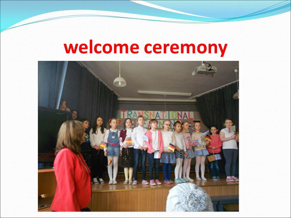 ΠΡΟΓΡΑΜΜΑ: Δευτέρα 16 Μαρτίου Τα παιδιά του σχολείου υποδέχτηκαν όλες τις χώρες με ένα γνωστό αγγλικό παιδικό τραγούδι και αφού μας καλωσόρισαν μας ξενάγησαν στους χώρους του σχολείου.