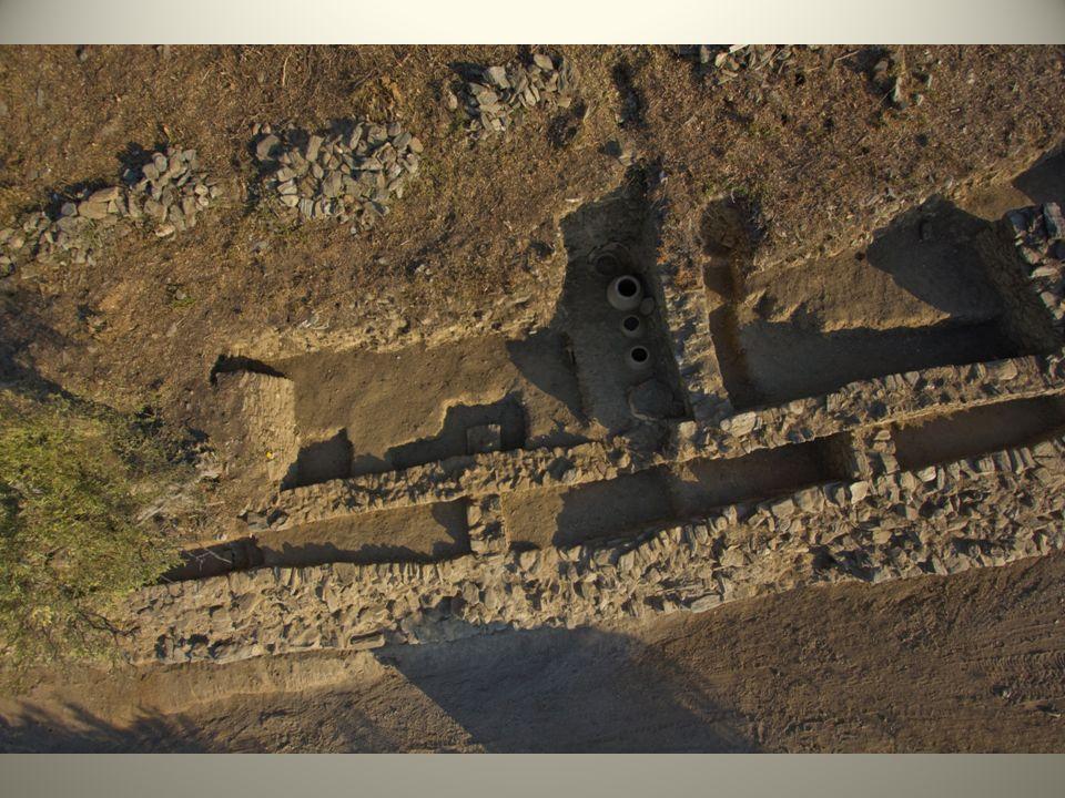 Οι τουριστικοί πόροι της Αγιάς (2) Πολιτιστικοί : στα όρια του Δήμου υπάρχουν σημαντικές περιοχές αρχαιολογικού ενδιαφέροντος (Ομόλη, Ευρυμενές, Μελίβοια, Διώτιο Πεδίο, Λακέρεια κλπ) και αρχαιολογικοί χώροι, και μνημεία (όπως σπήλαια, κάστρα, ρωμαϊκά ευρήματα, βυζαντινές εκκλησίες,) καθώς και μοναστήρια, παλιά γεφύρια, παραδοσιακοί οικισμοί και αρχοντικά., Κοινωνικοί και οικονομικοί : ένας πολύ ισχυρός πρωτογενής τομέας με υψηλής ποιότητας αγροτικά προϊόντα, δραστήρια Τοπική Αυτοδιοίκηση, που έχει ολοκληρώσει μια σειρά υποδομών και εγκαταστάσεων, οι οποίες στηρίζουν και την ανάπτυξη του Τουρισμού (μουσεία, πολιτιστικά κέντρα, βιβλιοθήκες) και οργανώνει σειρά σημαντικών πολιτιστικών εκδηλώσεων.