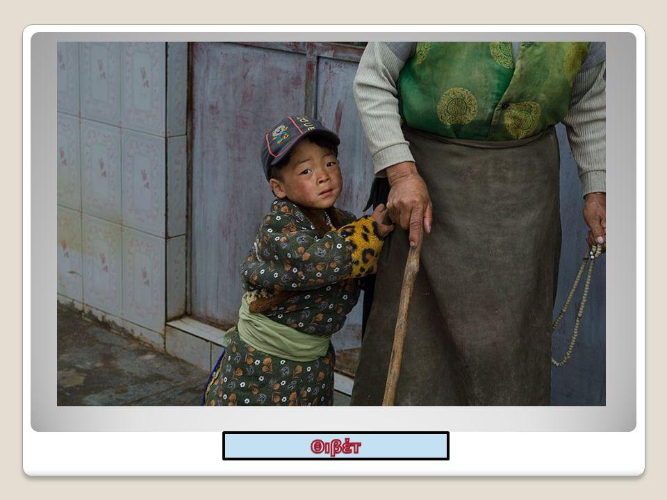 Η εικόνα αυτή αποδεικνύει τη σχέση μεταξύ παππού – γιαγιάς και του εγγονιού τους.