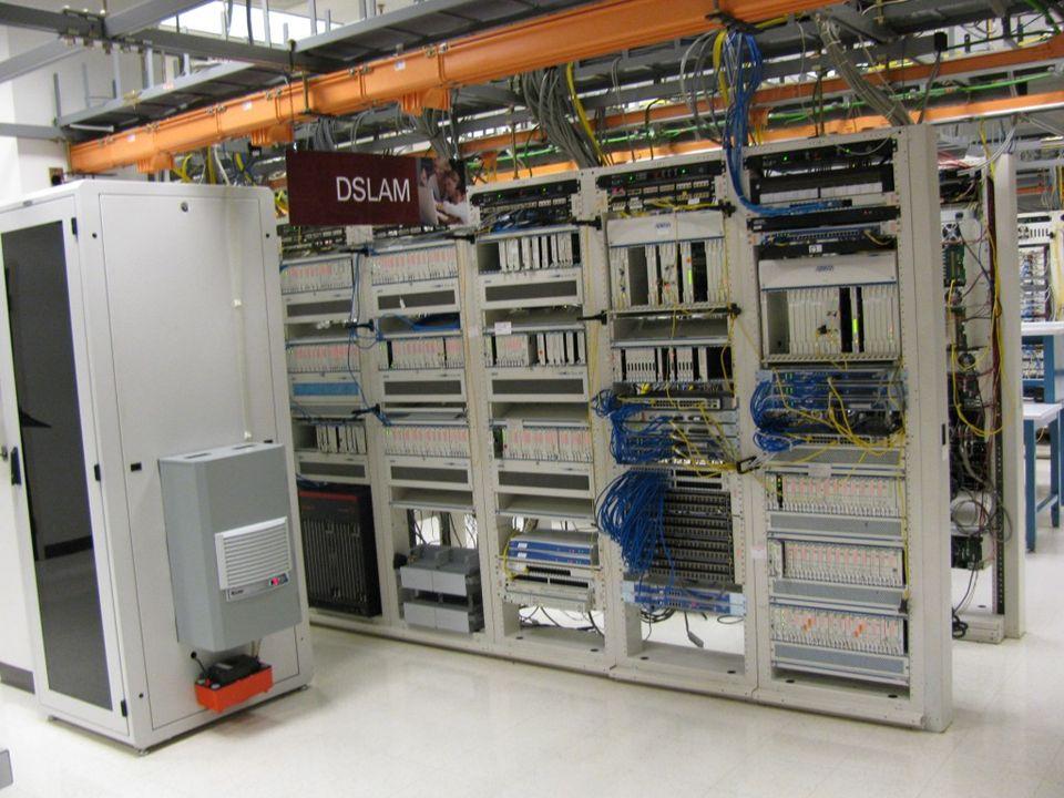 Στην παρακάτω φωτογραφία, το κτήριο στο πίσω μέρος φιλοξενεί ένα DSLAM για 2.500 συνδρομητές.