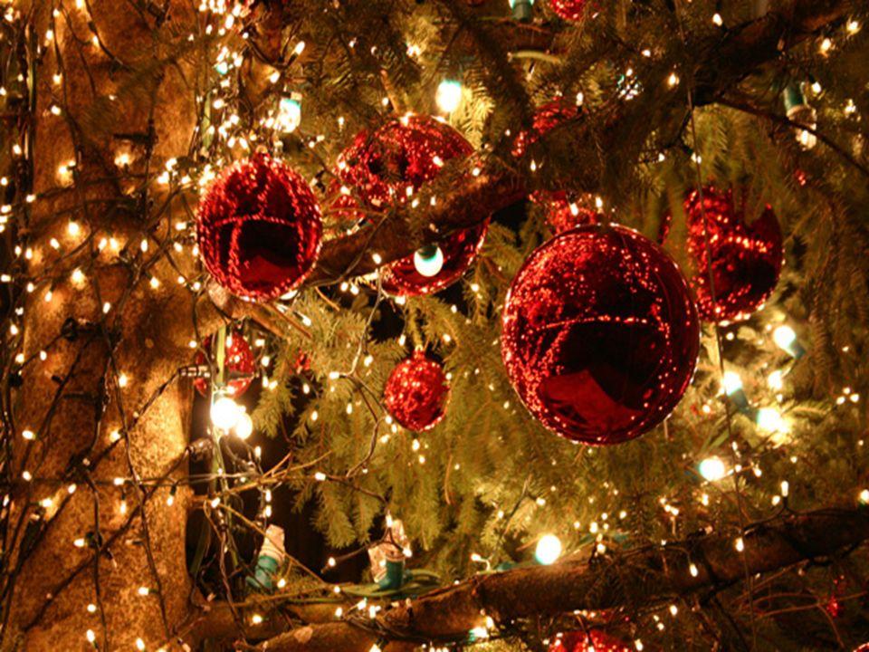 Η Αγγλική κλασσική διακόσμηση περιλαμβάνει φωτεινά κόκκινα Αλεξανδρινά γύρω από το τζάκι, καθώς και κλαδιά «γκι» που κρέμονται από την οροφή που σύμφω