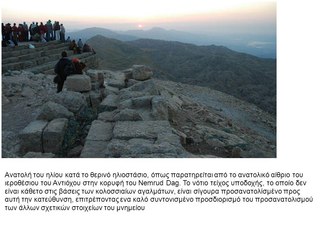 α) ανατολή του ηλίου Ιουλίου 11, 49 π.Χ., από την ανατολική βεράντα, αρκετές ημέρες μετά την νέα σελήνη.