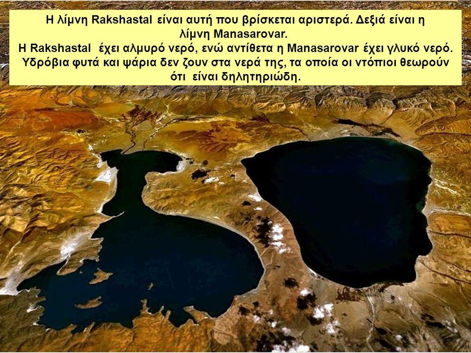 Η λίμνη Rakshastal είναι αυτή που βρίσκεται αριστερά.