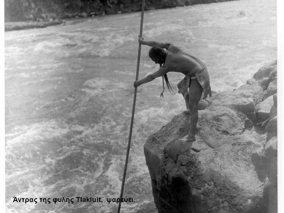 Άντρας της φυλής Tlakluit, ψαρεύει.