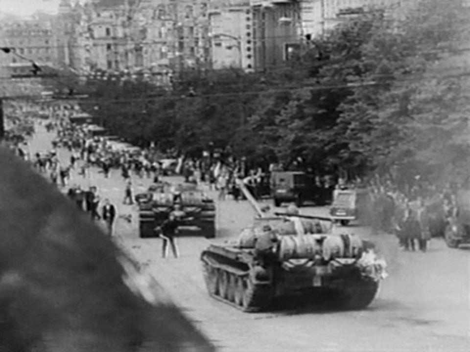 Αντίδραση ΕΣΣΔ  Τα αιτήματα των Τσεχοσλοβάκων έπεσαν στο κενό, καθώς οι Σοβιετικές Δυνάμεις, μετά από πολλές εξεγέρσεις, διαδηλώσεις και απεργίες, αντέδρασαν με μια εισβολή στη χώρα με τανκς σε συνδυασμό εκατοντάδων στρατιωτών, οι οποίοι επιτέθηκαν χωρίς έλεος στους επαναστάτες.