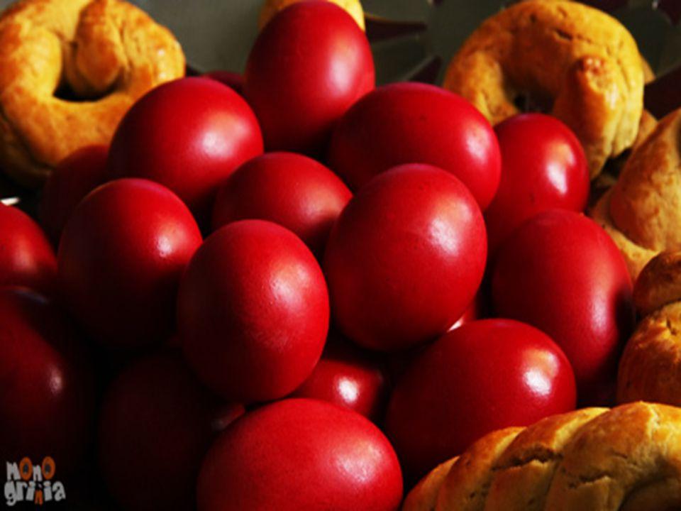 Τα λαϊκά έθιμα κατά το σύγχρονο εορτασμό της Ανάστασης στην Ελλάδα, περιλαμβάνουν δείπνο με κύριο φαγητό τη μαγειρίτσα, το βράδυ της Ανάστασης, το τσούγκρισμα των κόκκινων αυγών στο σπίτι ή έξω από την Εκκλησία, το «φιλί της αγάπης» την ώρα της Ανάστασης, το σούβλισμα του αρνιού κατά την Κυριακή του Πάσχα και άλλες εκδηλώσεις