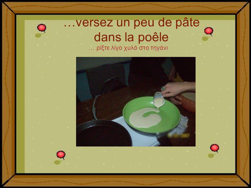 …versez un peu de pâte dans la poêle … ρίξτε λίγο χυλό στο τηγάνι