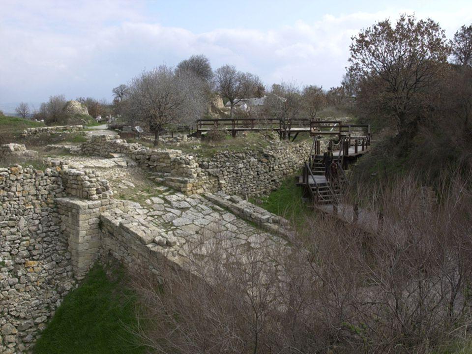  Την Τροία την έχτισε ο Ίλος, ο γιος του Τρώα, που ήταν εγγονός του Δάρδανου.
