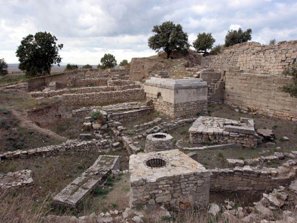 ΤΡΩΙΚΟΣ ΠΟΛΕΜΟΣ  Ο γνωστότερος πόλεμος της αρχαίας μυθολογίας περιγράφηκε με λαμπρό τρόπο από τον Όμηρο στην Ιλιάδα.