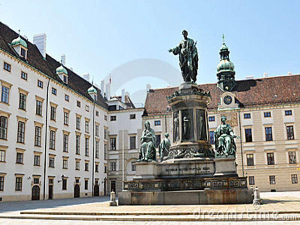 Αυτοκρατορικό Παλάτι Hofburg Το σύμπλεγμα του Hofburg περιλαμβάνει τα αυτοκρατορικά διαμερίσματα, αρκετά μουσεία, ένα παρεκκλήσι, μία εκκλησία, την Αυστριακή Εθνική Βιβλιοθήκη, τη Χειμερινή Σχολή Ιππασίας και τα γραφεία του προέδρου της Αυστρίας.