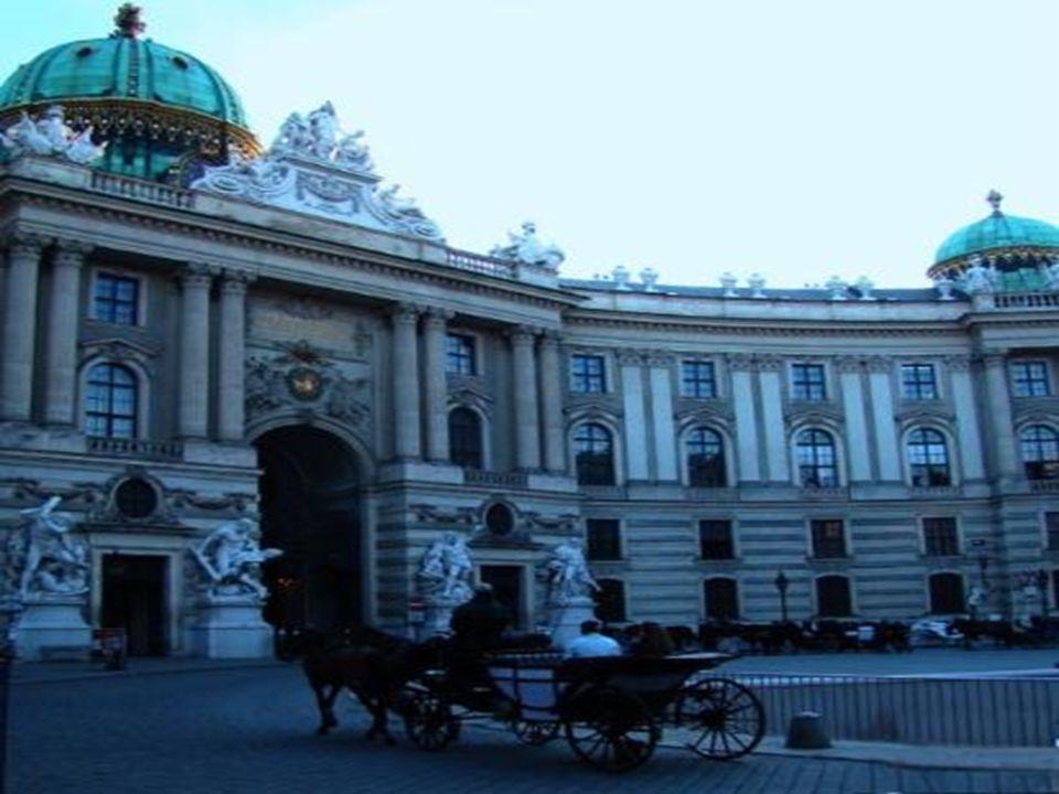 Μουσείο Sisi Στο μουσείο αυτό που στεγάζεται στα κτίρια του Hofburg, μπορείτε να δείτε όλα τα αντικείμενα που χρησιμοποιούσε η αυτοκράτειρα Ελισάβετ, αλλιώς γνωστή ως Σίσι, και παρουσιάζεται η ιστορία της ζωής της από την νεαρή της ηλικία στη Βαυαρία μέχρι τη δολοφονία της στη Γενεύη.