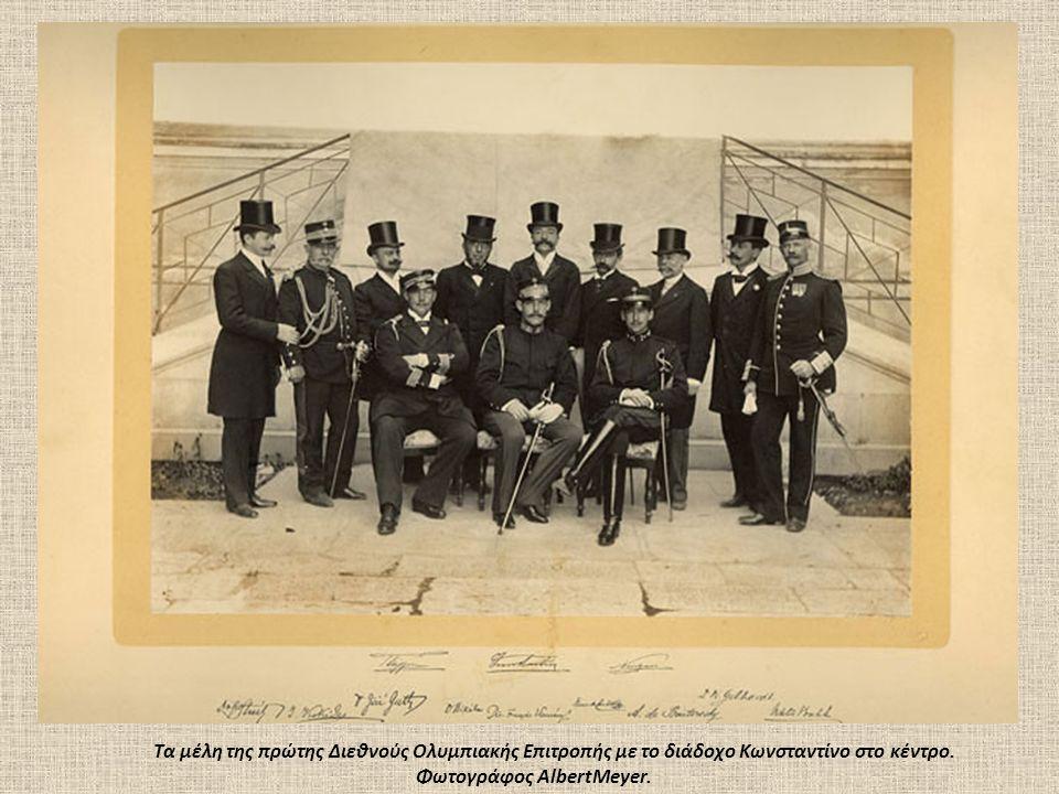 Tα μέλη της πρώτης Διεθνούς Oλυμπιακής Eπιτροπής με το διάδοχο Kωνσταντίνο στο κέντρο. Φωτογράφος AlbertMeyer.