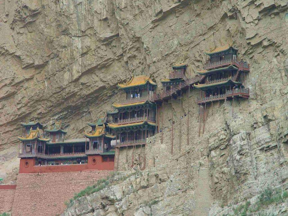 Ένα από τα αξιοσημείωτα του Κρεμαστού Μοναστηρίου είναι ότι συνδυάζει στοιχεία Βουδισμού, Ταοϊσμού και Κομφουκιανισμού.