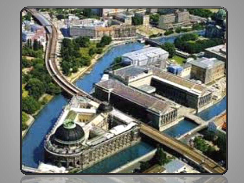 • Το Ράιχσταγκ είναι το κτήριο που στεγάζει το Γερμανικό ομοσπονδιακό κοινοβούλιο στο Βερολίνο.