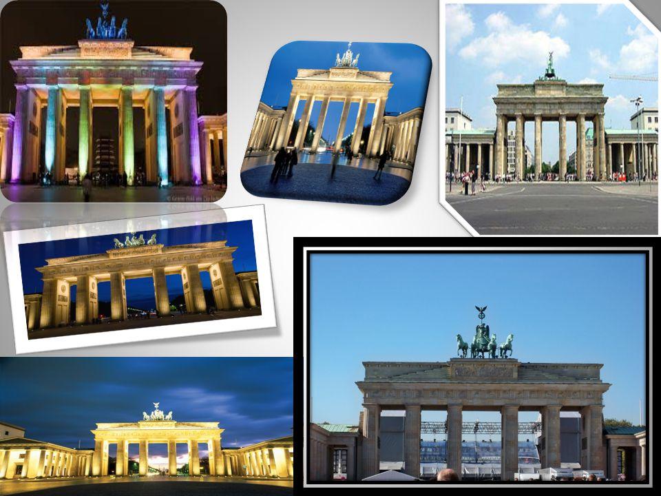 •Ο•Ο τηλεοπτικός πύργος βρίσκεται στο κέντρο του Βερολίνου.