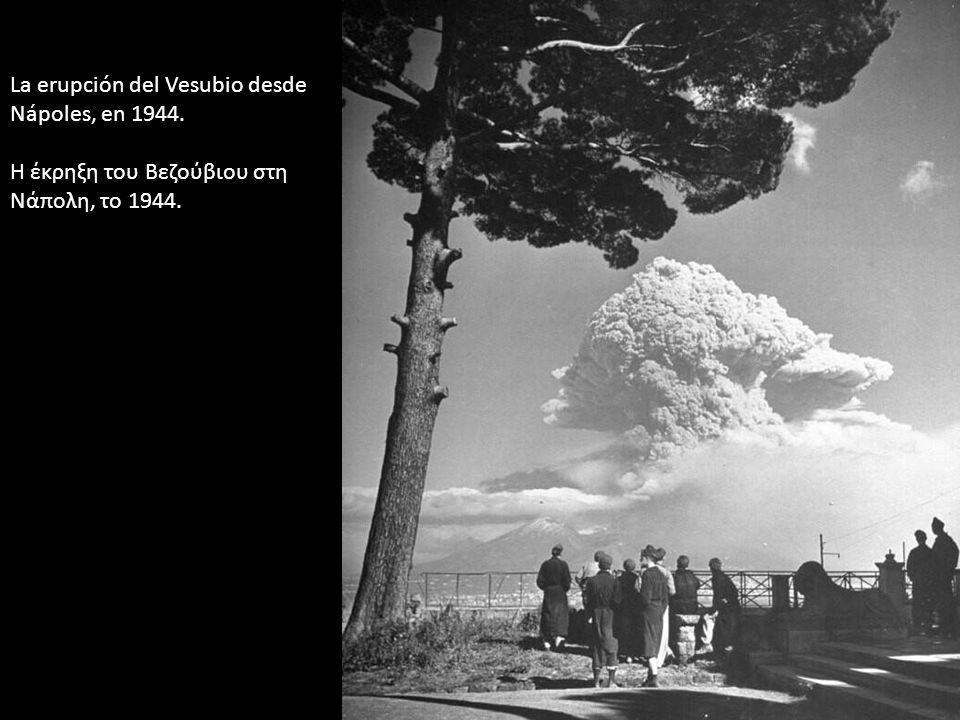 La erupción del Vesubio desde Nápoles, en 1944. Η έκρηξη του Βεζούβιου στη Νάπολη, το 1944.
