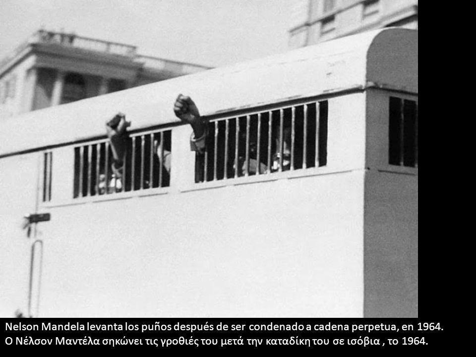 Nelson Mandela levanta los puños después de ser condenado a cadena perpetua, en 1964. Ο Νέλσον Μαντέλα σηκώνει τις γροθιές του μετά την καταδίκη του σ